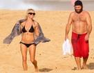 """Diện bikini nóng bỏng, """"bom sex"""" Pamela Anderson hạnh phúc bên chồng"""