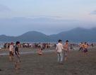 Nghỉ lễ kéo dài, du khách đổ về các bãi biển Hà Tĩnh đông nghịt
