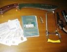 Hối lộ CSGT vì bị phát hiện tàng trữ vũ khí quân dụng