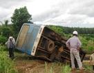 Xe buýt lật nhào, hơn 40 người thoát chết trong gang tấc
