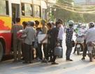 Xe buýt quá tải vì lượng khách tăng đột biến