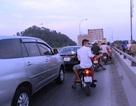 Tắc đường hàng km vì xe chết máy trên cầu