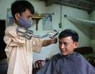 Chàng trai cụt tay làm nghề cắt tóc
