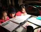 Sau tiếng trống, học sinh cả xã ngồi vào bàn học