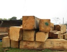 Xe tải lật nghiêng, gỗ đổ tràn xuống đất