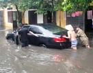 Câu cá giữa phố, tát nước trong nhà vì mưa ngập nặng