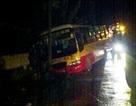Xe buýt đâm sập tường, hàng chục hành khách hoảng loạn