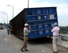 Xe container lật nhào trên cầu vượt