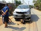 Kinh hoàng ô tô kéo lê xe máy dưới gầm, hai mẹ con nguy kịch