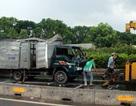 Lật xe tải, hàng chục bình gas lăn lóc dưới đường