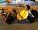 """Vừa nằm vừa đạp xe """"lạ"""" dạo phố ở TP Hồ Chí Minh"""