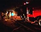 Xưởng gỗ bốc cháy giữa đêm, cả khu dân cư náo loạn