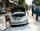 Ô tô 4 chỗ bốc cháy dữ dội khi đang lưu thông