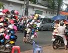 Có nên bắt buộc mỗi xe máy bán ra phải kèm mũ bảo hiểm đạt chuẩn?