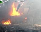 Xưởng gỗ hàng ngàn m2 cháy nổ, công nhân hoảng loạn tháo chạy