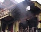 Phá cửa cứu 5 người trong ngôi nhà cháy