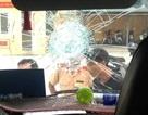 Hàng chục hành khách hốt hoảng vì xe khách bị ném đá