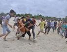 Hàng trăm thanh niên trai tráng cướp một quả cù