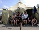 Nga lắp trạm giặt và sạc điện thoại cho trại tạm giữ người Việt