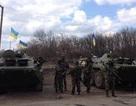 """Ô tô Lada """"truy đuổi xe tăng"""" ở đông Ukraine"""