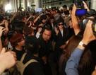 Fans náo loạn ở sân bay khi nhóm nhạc Hàn Quốc T-Ara đến Việt Nam