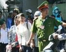 Công an phường dẫn hàng trăm thí sinh qua đường phố đông nghịt