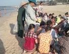 Khách du lịch đến biển Thuận An không vào bãi tắm vì phí môi trường