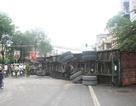 Xe container lật ngửa bịt kín đường Nguyễn Trãi