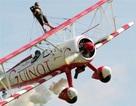 Video: 8 tuổi đứng trên cánh phi cơ đang bay