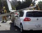Máy bay đụng 3 ô tô trên đường cao tốc
