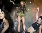 Miley Cyrus khoe chân trong buổi diễn mới