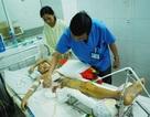 Tiếng nấc nghẹn lòng của cha mẹ bé bị tai nạn