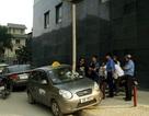 """Hà Nội: Thép hộp 5m chọc thủng taxi, tài xế """"hút chết"""""""