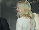 """Kate Bosworth """"quên"""" kéo khóa váy trong buổi họp báo tại Hàn"""