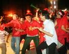 Người hâm mộ ào ra đường mừng tỉ số 7-1 của tuyển Việt Nam