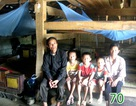 Vợ chồng nghèo và 3 đứa con bệnh tật sống trong chuồng trâu