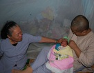 Bé trai hai ngày tuổi bị bỏ rơi trong chùa
