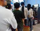 Hàng trăm người xếp hàng rút tiền ATM