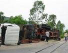 Nghệ An: Tàu hoả đâm lật xe container