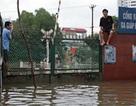 Đường sắt đoạn Hà Nội tê liệt vì mưa lụt