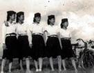 Hai thiếu nữ kéo cờ trong lễ Tuyên ngôn Độc lập