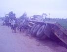 Xe chở gỗ lao xuống ruộng, một người chết