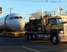 Ô tô kéo máy bay trên phố
