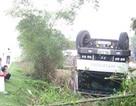 Xe tải lật ngửa giữa vườn nhà dân