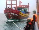 Hai giờ vượt biển cứu 8 ngư dân gặp nạn