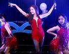 Yến Trang diện váy ngắn cũn cỡn lên sân khấu