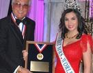 Tiến sỹ Kim Hồng được vinh danh tại cuộc thi Hoa hậu Quý bà Mỹ