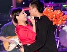 Tuấn Hưng ôm Phi Nhung nồng nhiệt trên sân khấu
