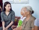 Trà Ngọc Hằng ướt đầm lưng áo giúp đỡ các cụ già khó khăn