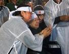 Vợ nhạc sĩ Phan Huỳnh Điểu ngồi xe lăn lặng khóc tiễn đưa chồng